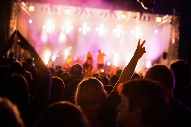 https: img.okezone.com content 2021 04 02 406 2388511 duh-muda-mudi-malah-asyik-nonton-konser-rock-tanpa-jaga-jarak-Ndk6EtsLjG.jpg