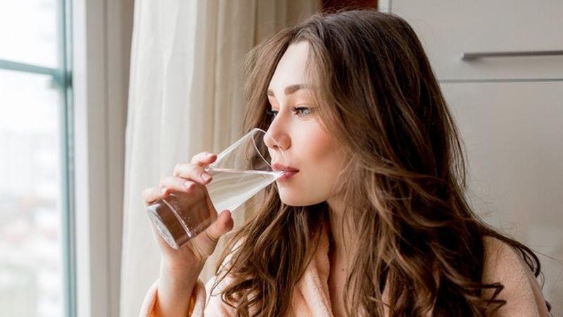 https: img.okezone.com content 2021 04 02 481 2388460 7-dari-10-rumah-tangga-indonesia-minum-air-terkontaminasi-bakteri-apa-dampaknya-YHl2w0bM1Q.jpg