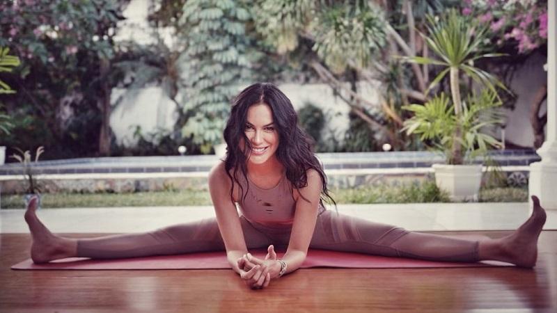 https: img.okezone.com content 2021 04 02 481 2388469 sophia-latjuba-rajin-yoga-ternyata-ini-5-manfaatnya-RSlF8vBv6a.jpg