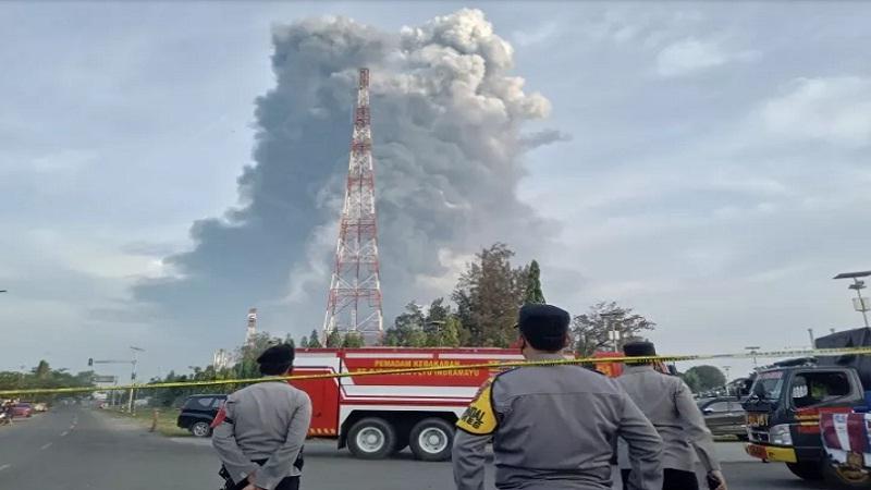 https: img.okezone.com content 2021 04 02 525 2388221 sempat-padam-kobaran-api-dikabarkan-kembali-menyala-di-kilang-minyak-balongan-JKOdV28ht9.jpg