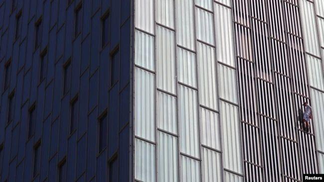 https: img.okezone.com content 2021 04 04 18 2388995 pria-inggris-ini-kembali-panjat-gedung-pencakar-langit-di-eropa-tdpsz2SmP3.jpg