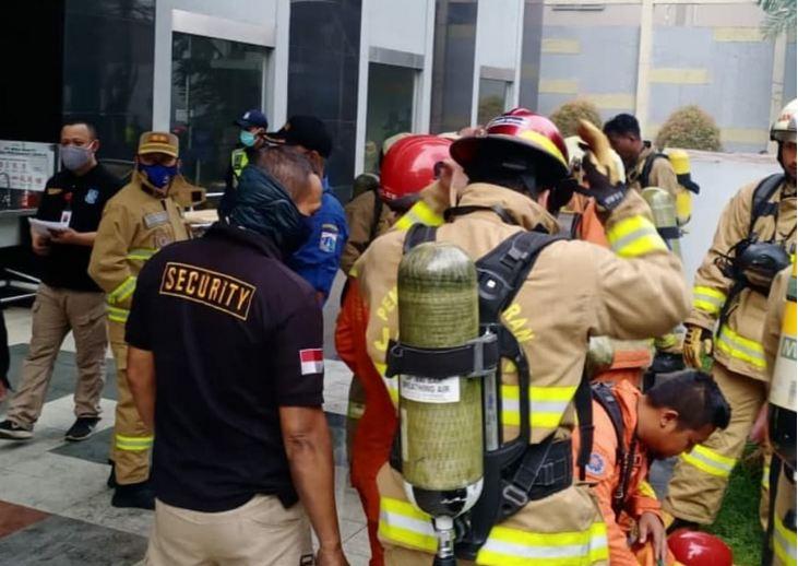 https: img.okezone.com content 2021 04 04 338 2389012 berikut-dramatisnya-evakuasi-korban-kebakaran-apartemen-taman-sari-1KCAuVVnYo.JPG
