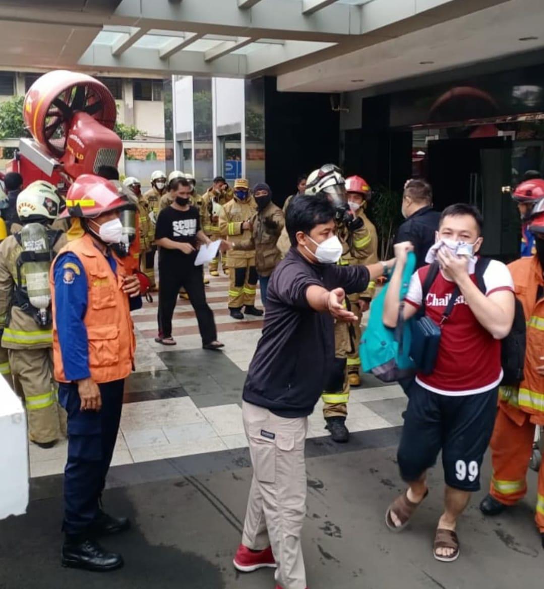 https: img.okezone.com content 2021 04 04 338 2389015 evakuasi-korban-kebakaran-apartemen-taman-sari-pintu-darut-dikabarkan-sempat-terkunci-6rv66yPFrA.jpg