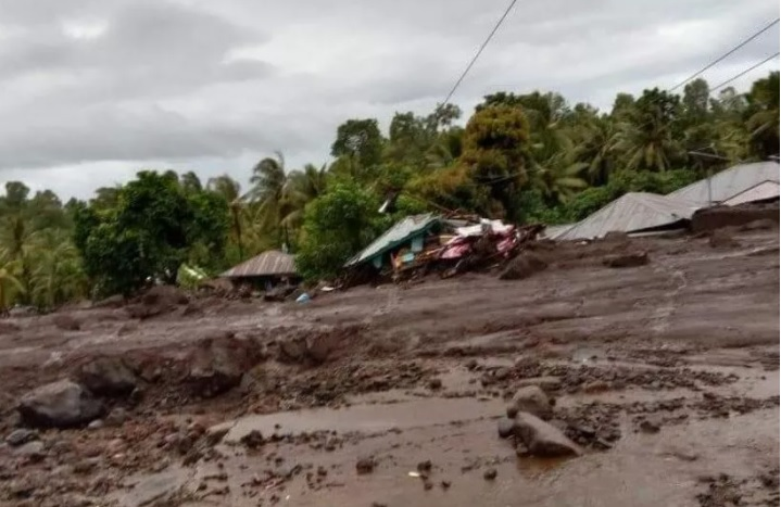 https: img.okezone.com content 2021 04 04 340 2389222 update-banjir-flores-timur-41-warga-meninggal-27-menghilang-q779wntShG.jpg