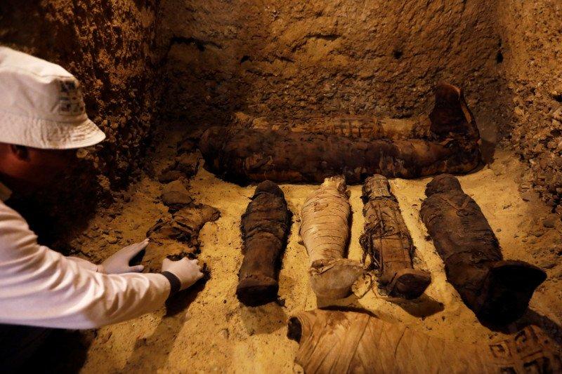 https: img.okezone.com content 2021 04 04 406 2389190 22-mumi-kerajaan-mesir-kuno-diarak-di-tengah-kota-diwarnai-tembakan-meriam-LoyPodolgq.jpg