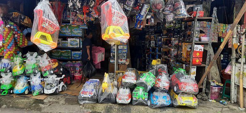 https: img.okezone.com content 2021 04 04 455 2389175 penjualan-moncer-senyum-lebar-pedagang-mainan-pasar-gembrong-di-tengah-covid-19-BqO1iXIbBe.jpg