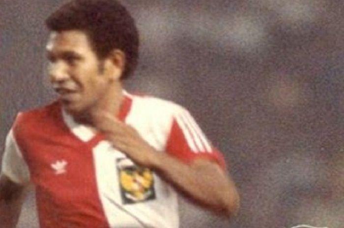 https: img.okezone.com content 2021 04 04 49 2389226 kabar-duka-untuk-sepakbola-indonesia-adolf-kabo-meninggal-dunia-3gdMPzRLVn.jpg