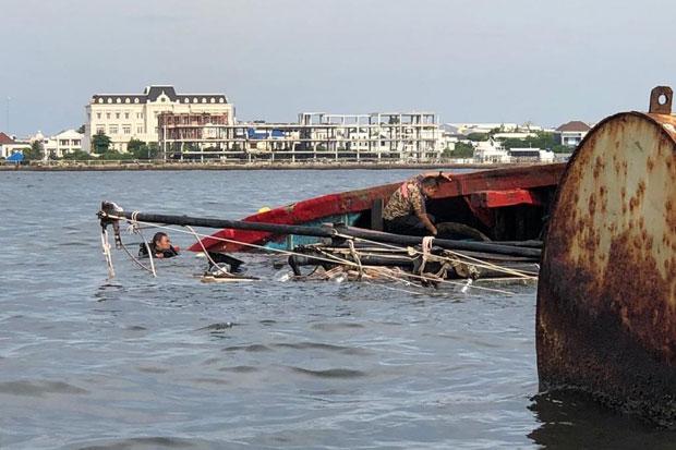 https: img.okezone.com content 2021 04 04 525 2388952 keluarga-korban-tabrakan-kapal-di-indramayu-datangi-tpi-eretan-QQZJSIrLAD.jpg