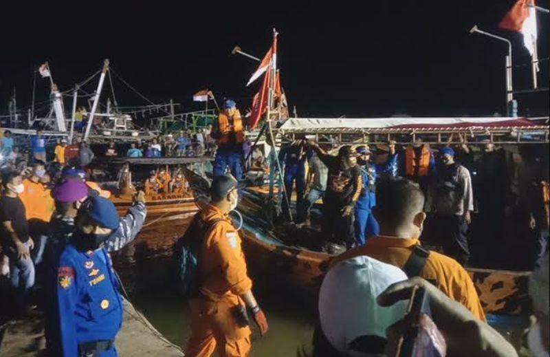 https: img.okezone.com content 2021 04 04 525 2389248 isak-tangis-keluarga-sambut-korban-tabrakan-kapal-di-indramayu-GrPqsc3SQq.jpg