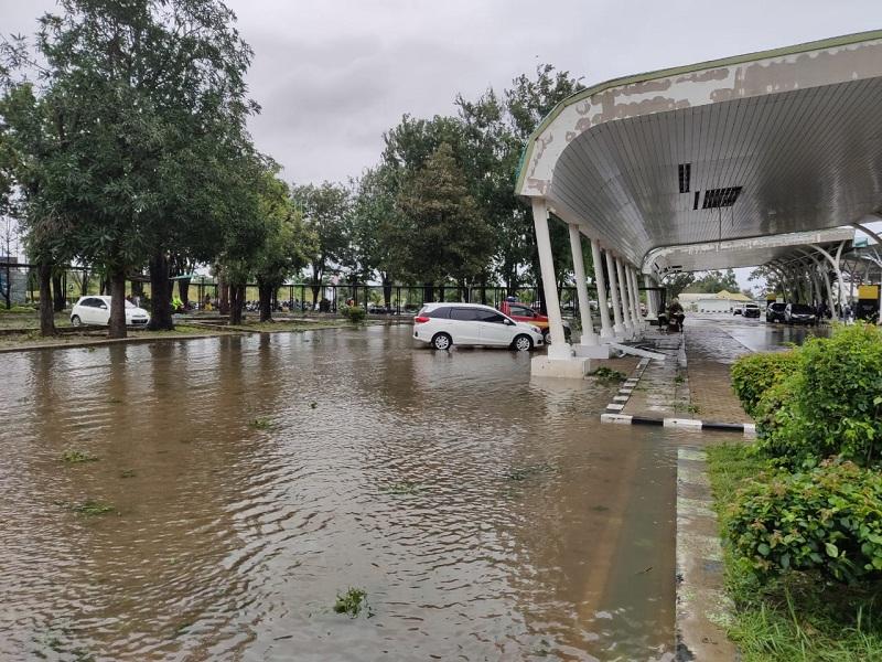 https: img.okezone.com content 2021 04 05 320 2389497 terdampak-badai-siklon-tropis-seroja-bandara-el-tari-kupang-kembali-beroperasi-posPpI67Vm.jpg