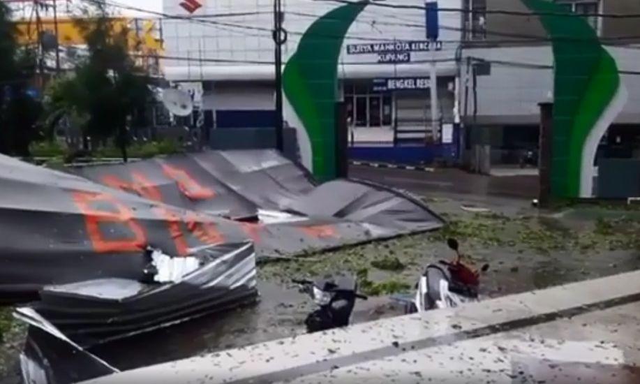 https: img.okezone.com content 2021 04 05 340 2389449 dihantam-banjir-dan-angin-kencang-kota-kupang-porak-poranda-T6zqOZjAPa.jpg