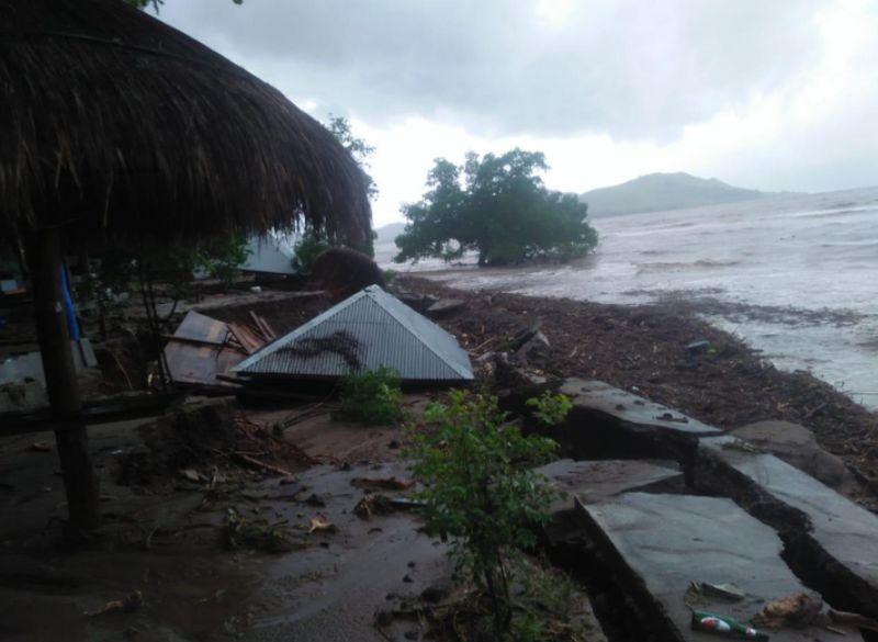 https: img.okezone.com content 2021 04 05 340 2389857 bupati-lembata-jalan-penghubung-8-desa-terputus-imbas-banjir-dan-longsor-f2N101h48f.jpg