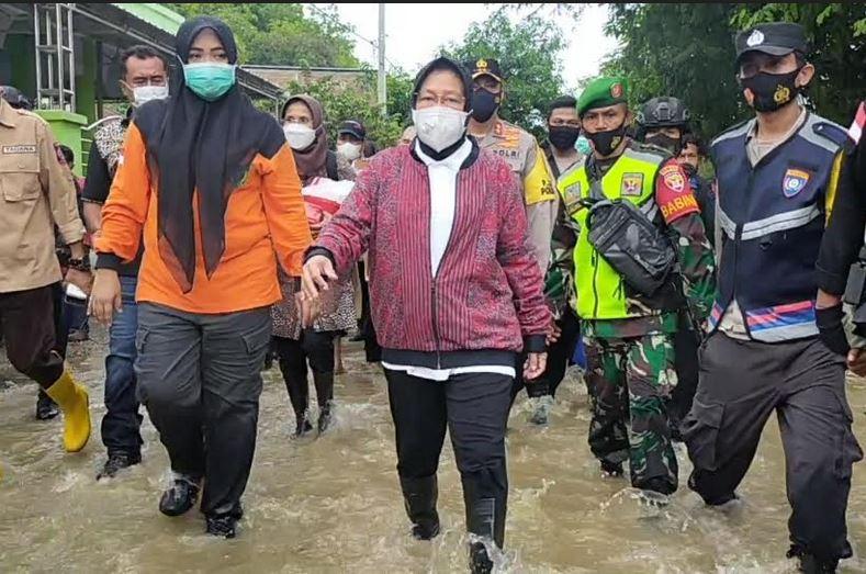 https: img.okezone.com content 2021 04 05 340 2389872 kunjungi-korban-banjir-bima-mensos-saya-datang-untuk-pastikan-tak-ada-yang-kelaparan-PjmF7mc3Ly.JPG