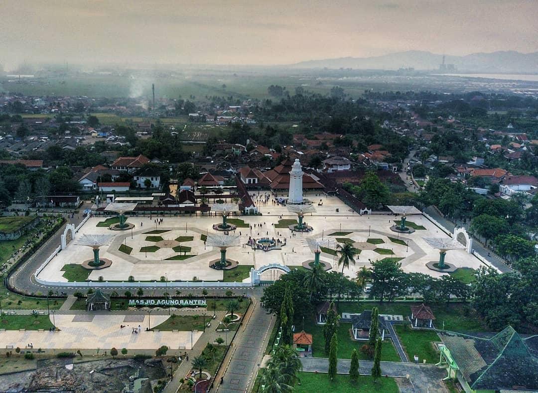 https: img.okezone.com content 2021 04 05 408 2389485 fakta-menarik-masjid-agung-banten-perpaduan-gaya-hingga-filosofi-bangunan-mvOjvbvxm9.jpg