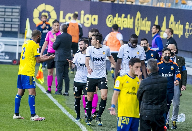 https: img.okezone.com content 2021 04 05 46 2389303 hasil-liga-spanyol-sevilla-bungkam-atletico-madrid-valencia-nyaris-walk-out-snmMYFBnX5.jpg