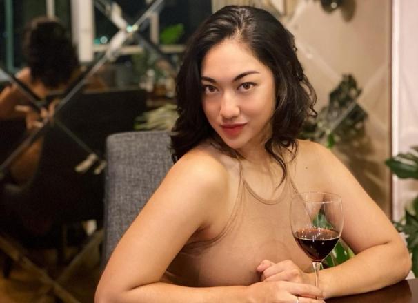 https: img.okezone.com content 2021 04 05 51 2389673 kenakan-mini-dress-siapa-lebih-seksi-anindita-hidayat-atau-wanda-nara-GE1YzXJBE0.jpg