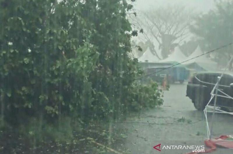 https: img.okezone.com content 2021 04 05 510 2389264 hujan-disertai-angin-kencang-tumbangkan-belasan-pohon-di-bantul-r7Bx8ekxy7.jpg