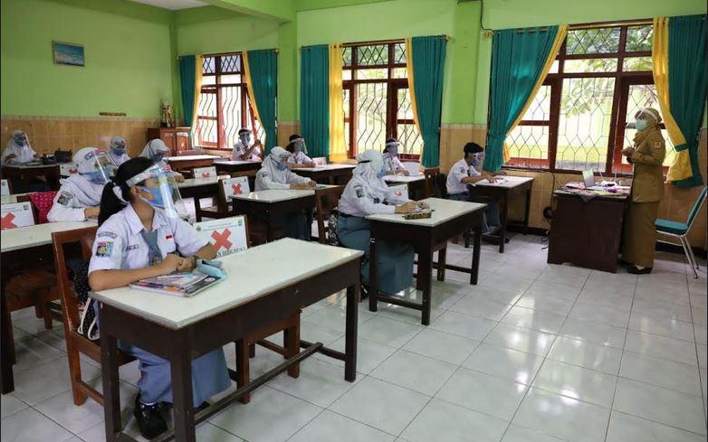 https: img.okezone.com content 2021 04 05 512 2389851 belajar-tatap-muka-siswa-akhirnya-bisa-duduk-di-kursi-kelas-seneng-banget-4Ku09fHplC.JPG
