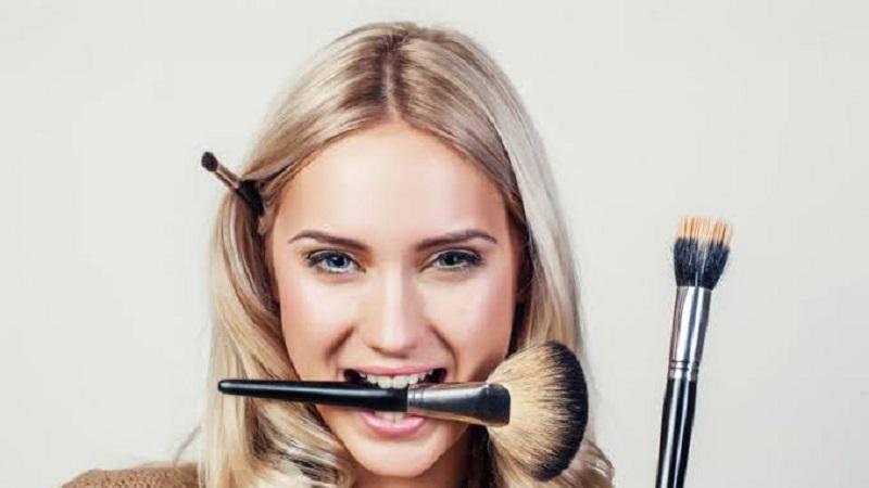 https: img.okezone.com content 2021 04 05 611 2389816 5-tips-pakai-makeup-untuk-kulit-wajah-berjerawat-P3J2Y3oGXt.jpg