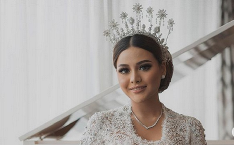 https: img.okezone.com content 2021 04 06 194 2390048 tiara-tusuk-konde-dan-bros-aurel-hermansyah-bakal-dimuseumkan-6BLTg5MvyU.jpg