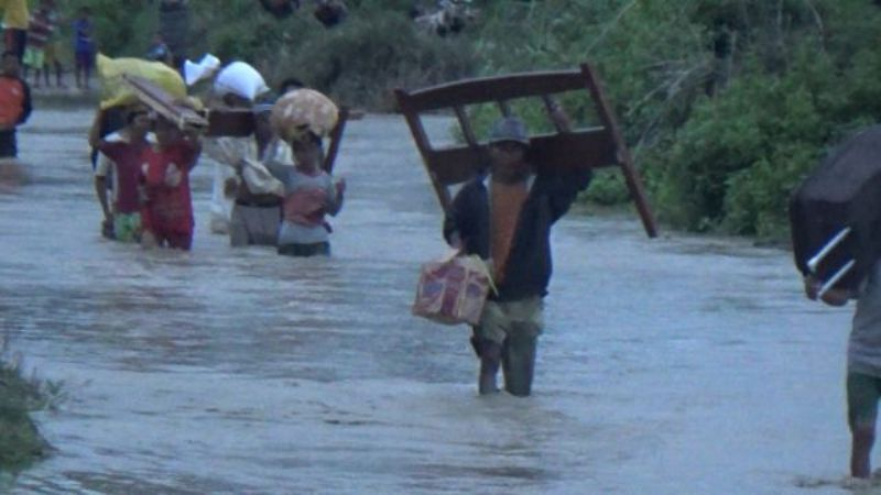 https: img.okezone.com content 2021 04 06 337 2389983 update-dampak-terkini-siklon-tropis-seroja-akibatkan-8-424-warga-ntt-mengungsi-atg4N2uEZ8.jpg