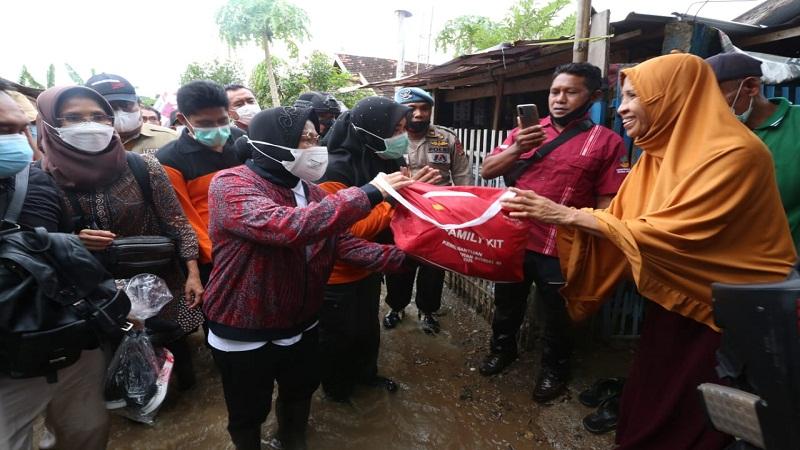 https: img.okezone.com content 2021 04 06 337 2389993 tinjau-posko-pengungsi-banjir-bima-mensos-semua-dapat-makanan-lwDIruuAHi.jpg
