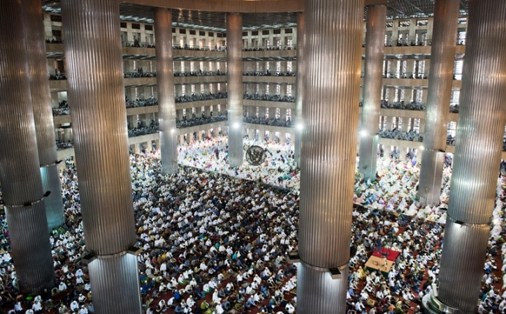 https: img.okezone.com content 2021 04 06 337 2390389 masjid-istiqlal-hanya-tampung-2-ribu-jamaah-untuk-salat-tarawih-4DvNcMCFq4.jpg