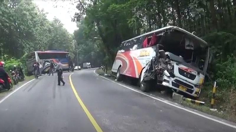 https: img.okezone.com content 2021 04 06 340 2389988 2-bus-adu-kepala-di-di-jalur-ngawi-solo-6-orang-luka-berat-T5zar7Sran.jpg