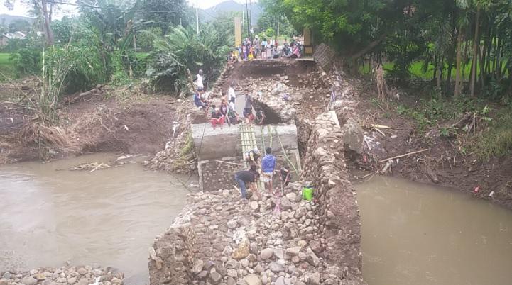 https: img.okezone.com content 2021 04 06 340 2390317 banjir-bandang-bima-tni-datangkan-jembatan-acrow-panel-StaPcUSfVb.jpg
