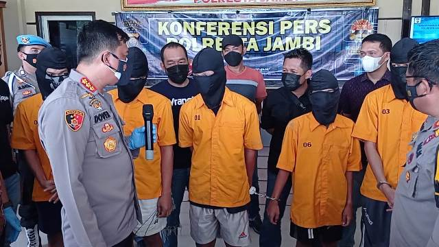 https: img.okezone.com content 2021 04 06 340 2390372 aniaya-suporter-futsal-hingga-tewas-5-pelajar-ditangkap-eiPkmUzPL7.jpg