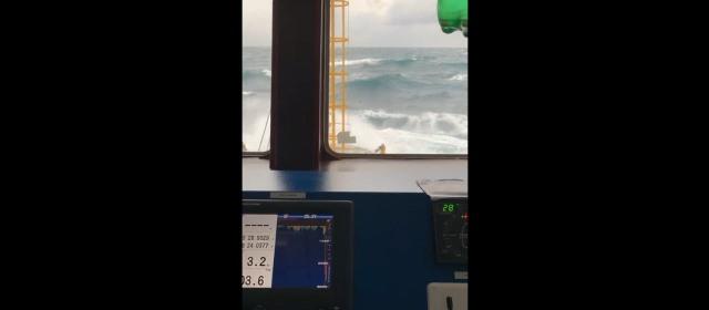 https: img.okezone.com content 2021 04 06 609 2390229 detik-detik-kapal-dihantam-ombak-di-perairan-terluar-pangkep-UatRBHDB84.jpg
