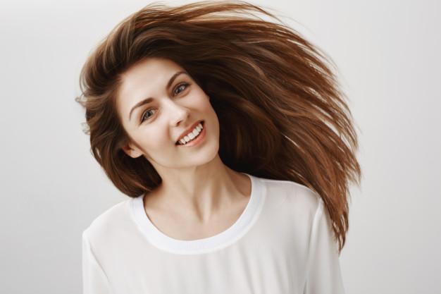https: img.okezone.com content 2021 04 06 611 2390054 masalah-ketombe-dan-minyak-di-rambut-hilangkan-dengan-5-cara-ini-8MR4aMS12v.jpg