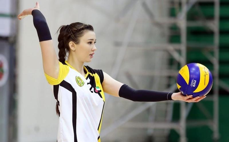 https: img.okezone.com content 2021 04 07 43 2391020 pakai-hot-pants-pevoli-cantik-sabina-altynbekova-tampil-memukau-sembari-tenteng-buket-bunga-RIwnU5KZFR.jpg