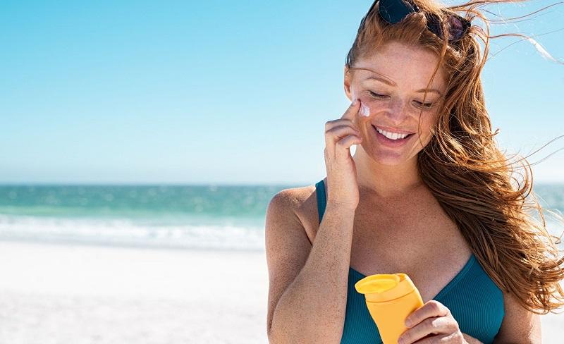 https: img.okezone.com content 2021 04 07 611 2390794 tips-aman-pakai-sunscreen-tanpa-khawatir-jerawatan-WVjKUIWGYS.jpg