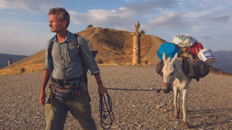 https: img.okezone.com content 2021 04 08 18 2391161 kisah-mendebarkan-jurnalis-perang-berkelana-keliling-dunia-12-000-km-dengan-berjalan-kaki-ajeIkIXqiS.jpeg