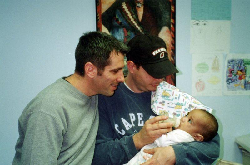 https: img.okezone.com content 2021 04 08 18 2391162 kisah-pasangan-gay-temukan-bayi-terlantar-dan-merawatnya-hingga-dewasa-I8hGVe7P1g.jpg