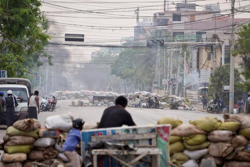 https: img.okezone.com content 2021 04 08 18 2391235 demonstrasi-antikudeta-myanmar-pasukan-keamanan-myanmar-tewaskan-15-orang-2v5q1WkhXX.jpg