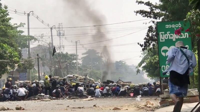 https: img.okezone.com content 2021 04 08 18 2391599 pasukan-myanmar-tewaskan-11-orang-demonstran-melawan-dengan-senpi-dan-bom-UBZMoMJCiA.jpg