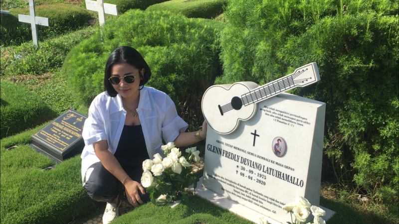 Peringati 1 Tahun Berpulang, Mutia Ayu Ziarah ke Makam Glenn Fredly :  Okezone Celebrity