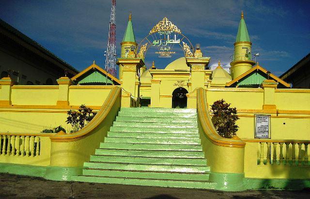https: img.okezone.com content 2021 04 08 337 2391185 masjid-raya-sultan-riau-bangun-pakai-putih-telur-hingga-simpan-pasir-dari-makkah-NfA6lVm7iR.jfif