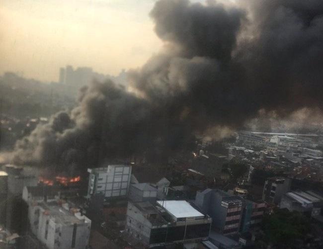 https: img.okezone.com content 2021 04 08 338 2391532 rumah-di-pasar-kambing-tanah-abang-terbakar-asap-tebal-membubung-tinggi-JyqjaFmmjs.jpg
