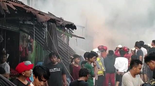 https: img.okezone.com content 2021 04 08 338 2391553 kebakaran-di-tanah-abang-jadi-tontonan-warga-sekitar-j3AyIbS3Pr.jpg