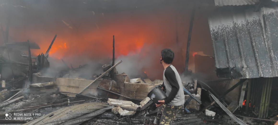 https: img.okezone.com content 2021 04 08 338 2391560 kebakaran-tanah-abang-hanguskan-pemukiman-padat-penduduk-polisi-cek-korban-jiwa-vYx7KcyMss.jpg