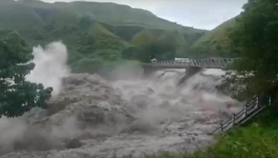 https: img.okezone.com content 2021 04 08 340 2391159 penampakan-bendung-kambaniru-jebol-akibatkan-banjir-parah-di-sumba-timur-A9JPdKnUJU.jpg