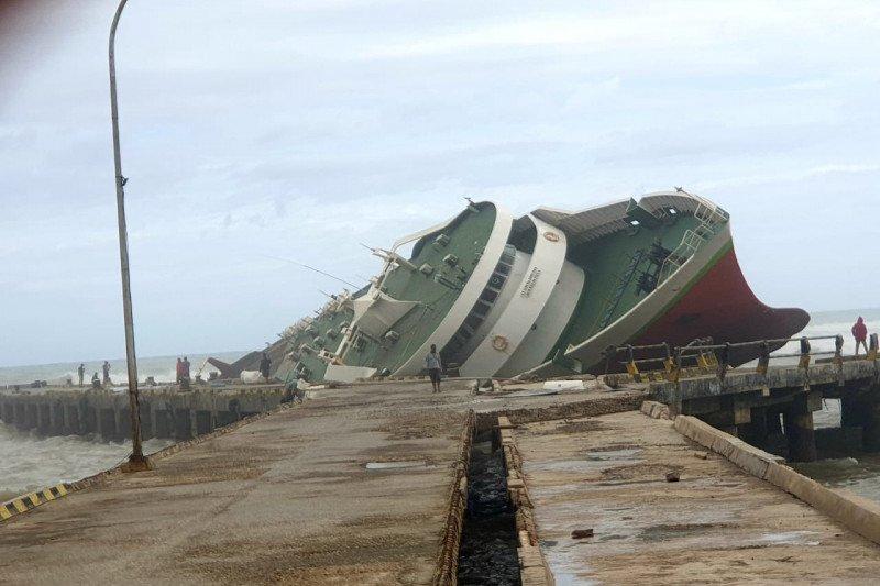 https: img.okezone.com content 2021 04 08 340 2391332 2-kapal-penumpang-karam-akibat-dihantam-badai-di-ntt-covqlDzxUb.jpeg