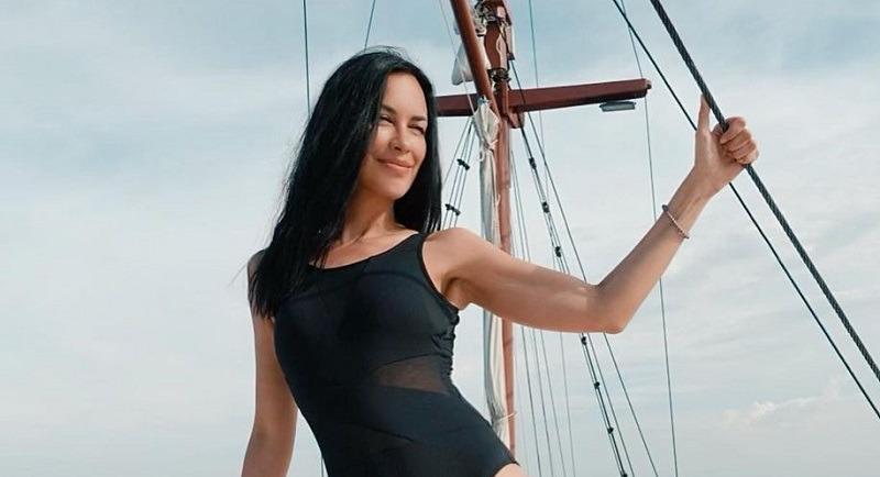 https: img.okezone.com content 2021 04 09 194 2392051 4-gaya-sophia-latjuba-pakai-tanktop-hingga-bikini-body-goals-bikin-terpana-MoVKYooSD8.jpg