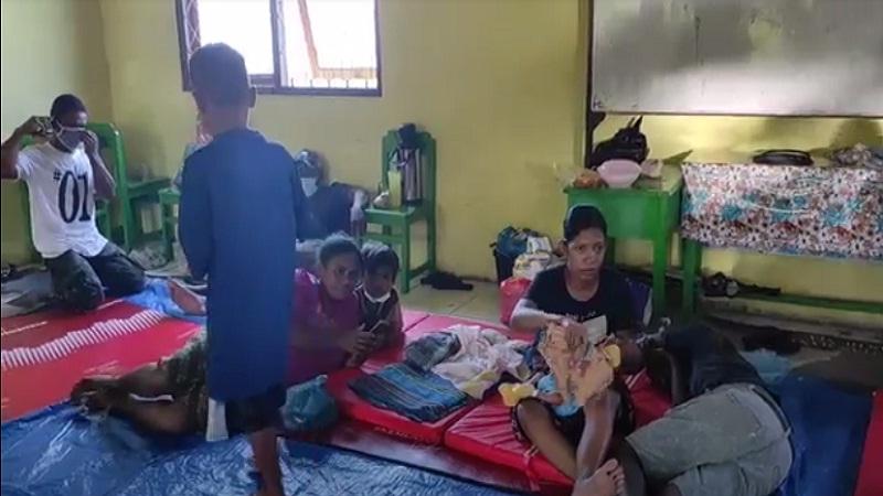 https: img.okezone.com content 2021 04 09 340 2391802 banjir-bandang-flores-pengungsi-di-sma-1-tidur-hanya-beralas-terpal-bantuan-dapat-bantuan-dari-pemda-cqTThWreQ7.jpg