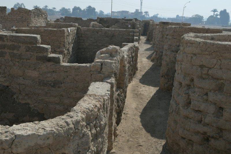 https: img.okezone.com content 2021 04 09 406 2392106 kota-besar-era-firaun-yang-hilang-ribuan-tahun-ditemukan-GrUr85laQW.jpg