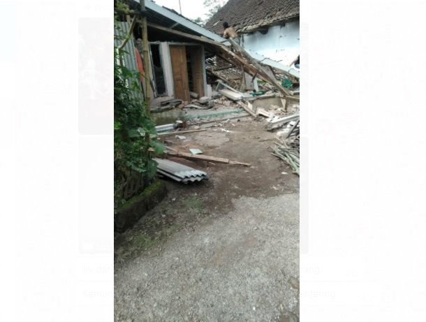 https: img.okezone.com content 2021 04 10 244 2392526 gempa-dahsyat-malang-sampai-ke-bali-warga-berhamburan-keluar-rumah-T0BwY0KHfb.jpg
