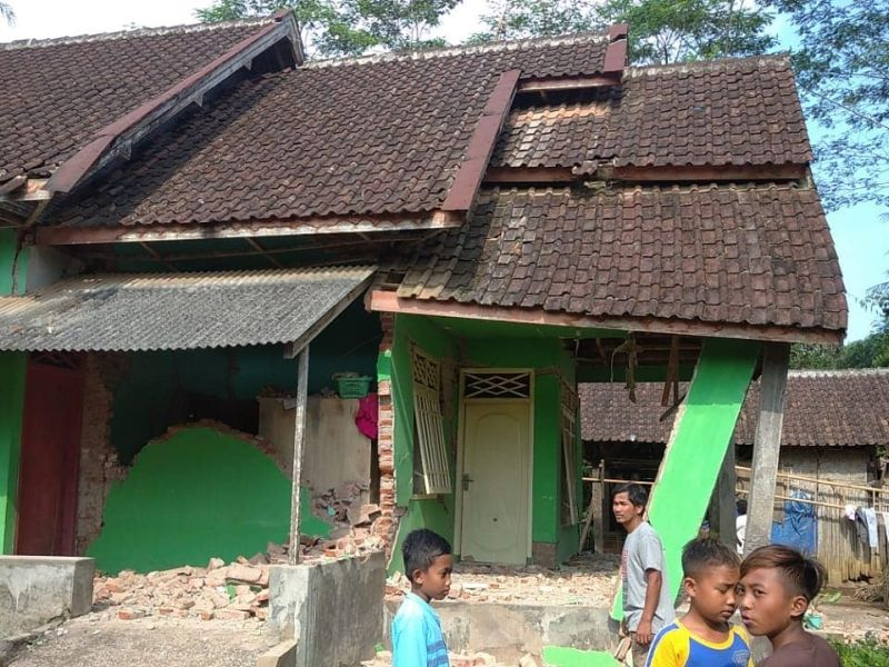 https: img.okezone.com content 2021 04 10 337 2392615 bnpb-lebih-dari-300-rumah-rusak-akibat-gempa-malang-VS5MYQMrwH.jpg